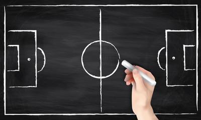 Hand zeichnet Fußballfeld auf Tafel