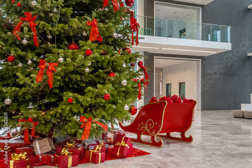 geschm ckter weihnachtsbaum in der lobby eines. Black Bedroom Furniture Sets. Home Design Ideas