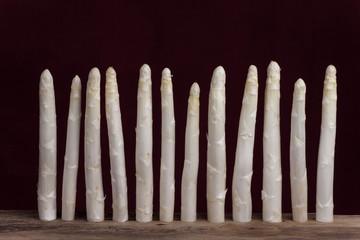 Reihe von weißem Spargel