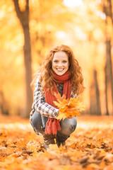 Frau im Herbst erholen