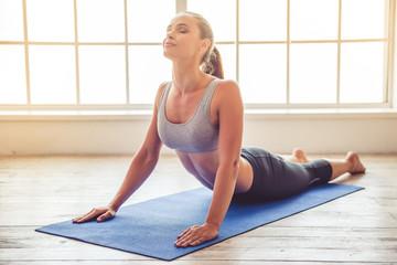 Young woman doing yoga Fototapete