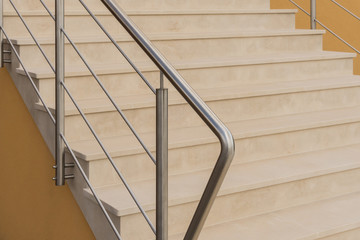 Moderne Außentreppe aus hellem Naturstein mit Treppengeländer aus Edelstahl - Contemporary outdoor stairs made of light natural stone with railings made of stainless steel in half profile