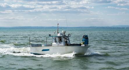 Chalutier rentrant de la pêche.