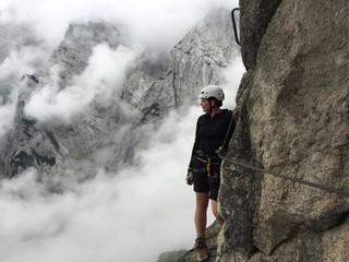Bergsteiger in den Wolken