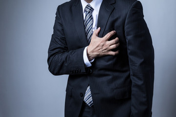 Obraz スーツを着ているビジネスマン、心疾患、心臓、心筋梗塞、狭心症 - fototapety do salonu
