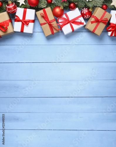 weihnachten weihnachtsgeschenke auf holz stock photo. Black Bedroom Furniture Sets. Home Design Ideas