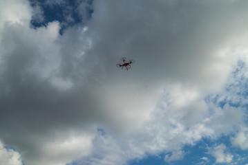 Drohne fliegt in den Himmel zu den Wolken