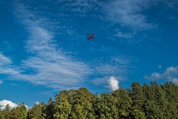 Quadrocopter in der Luft filmt die Natur unter blauem Himmel