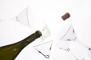 bottiglia di spumante e bicchieri a calice