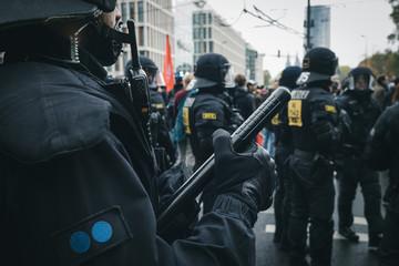 Polizeiaufmarsch bei Demonstration mit Wasserwerfer in Köln