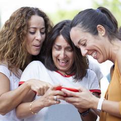 Amigas divirtiéndose con el móvil
