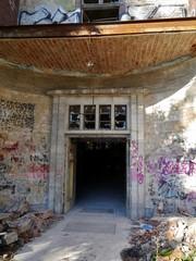 Eingang zu zerstörtem Haus