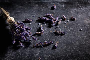 Ein Strauß getrockneter Lavendel auf einer schwarzen Steinplatte