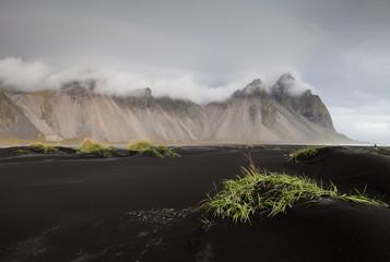 Stokksnes, schwarzer Sand, weiße Wölkchen