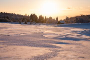 Weiße Winterlandschaft an einem klaren Wintertag im Erzgebirge