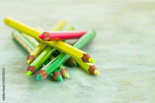 Pastelli Colorati Gialli E Verdi Con Sopra Un Altro Pastello Rosso