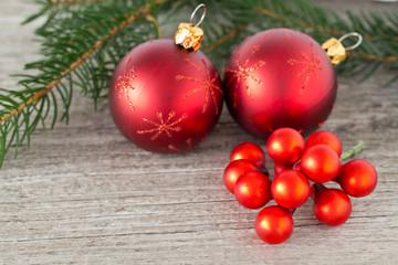 Rote Christbaumkugeln auf einem hölzernen Hintergrund