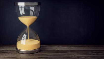 3d Sanduhr, Zeit läuft ab auf der Tischplatte