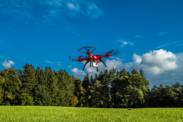 Quadrocopter in der Luft schießt Naturfotos unter blauem Himmel