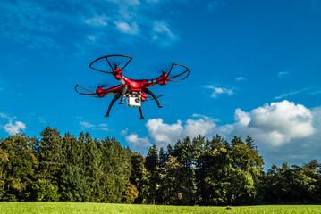 Quadrocopter in der Luft filmt die Natur am Waldesrand