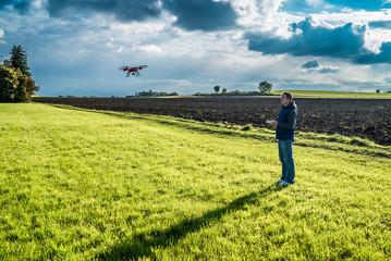 Konzentrierter Mann steuert seinen Helikopter