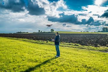 Quadrocopter in der Luft kreist um sein Herrchen