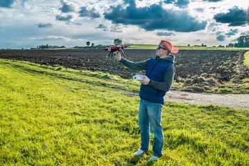 Junger Mann fängt seine Drohne im Flug