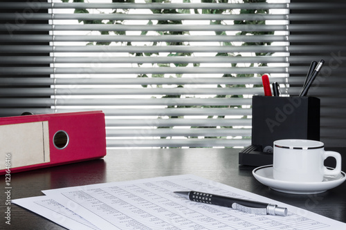 kugelschreiber tabellen taschenrechner aktenordner und kaffeetasse auf schreibtisch vor. Black Bedroom Furniture Sets. Home Design Ideas