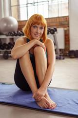 frau macht eine pause beim training im fitness-studio