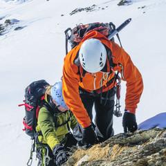 Alpinisten klettern im winterlichen Hochgebirge