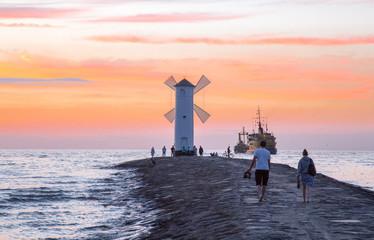 Stawa Młyny Falochron Zachodni - turyści o zachodzie słońca