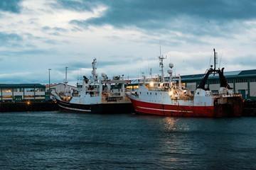 Fischerboote im Morgengrauen im Hafen