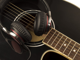 Guitarra acustica y auriculares