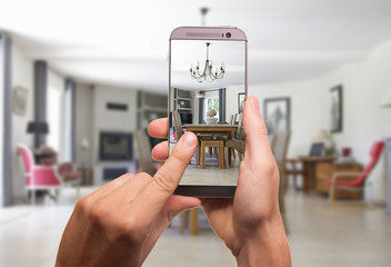 Wohnzimmer wird mit dem Smartphone fotographiert