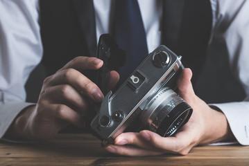 クラシックカメラを持っている男性