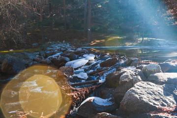 Río en calma / Río en calma con aguas transparentes.