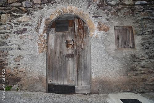Vieille porte en bois d'une grange de village en montagne  ~ Vieille Porte En Bois