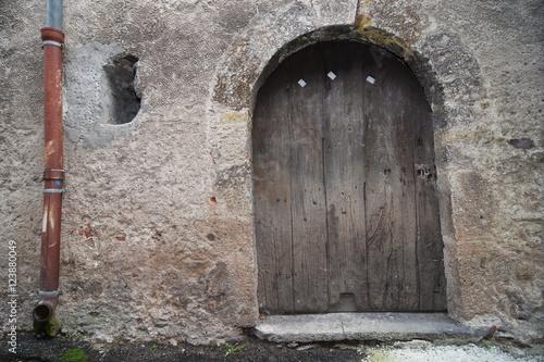 Vieille porte en bois d une grange de village en montagne for Restaurer une vieille porte en bois