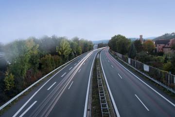 Nebel in den Morgenstunden auf der Autobahn