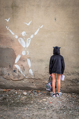 Fillette le long du mur d'enceinte de  l'ancienne prison Montluc à Lyon