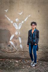 Femme le long du mur d'enceinte de  l'ancienne prison Montluc à Lyon