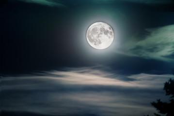 Kalte Vollmond-Nacht mit unheimlichen Wolken