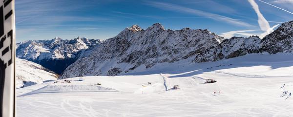 Skigebiet Soelden Alpenpanorama Skifahrer und Skipisten in den Oetztaler Alpen, Tirol