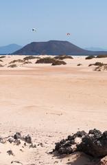 Fuerteventura: kite surf su Grande Playas beach, una delle spiagge più famose per il surf e il kitesurf, con vista sull'isolotto di Lobos il 31 agosto 2016