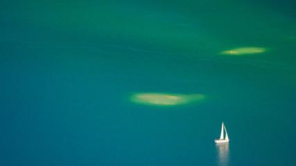 Segelboot am Wolfgangsee im Herbstlicht