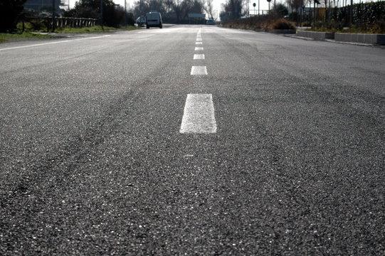 Linee bianche su sfondo asfaltato