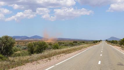 Sandsturm an einer Outbackstraße, Flinders Ranges in Australien