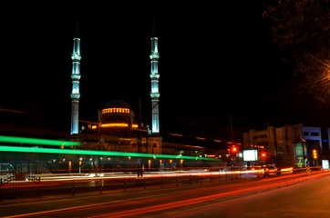 Çift minareli cami ve trafik