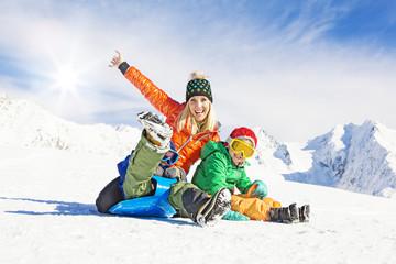 Familie in der Skihütte