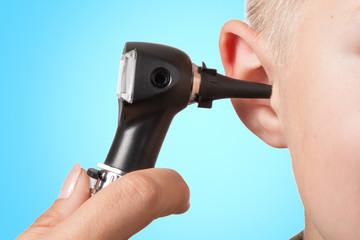 Untersuchung mit dem Otoskop